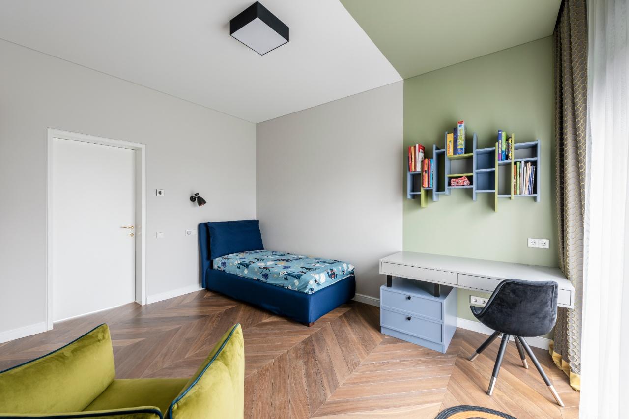 Berniuko kambario interjeras su lova ir stalu