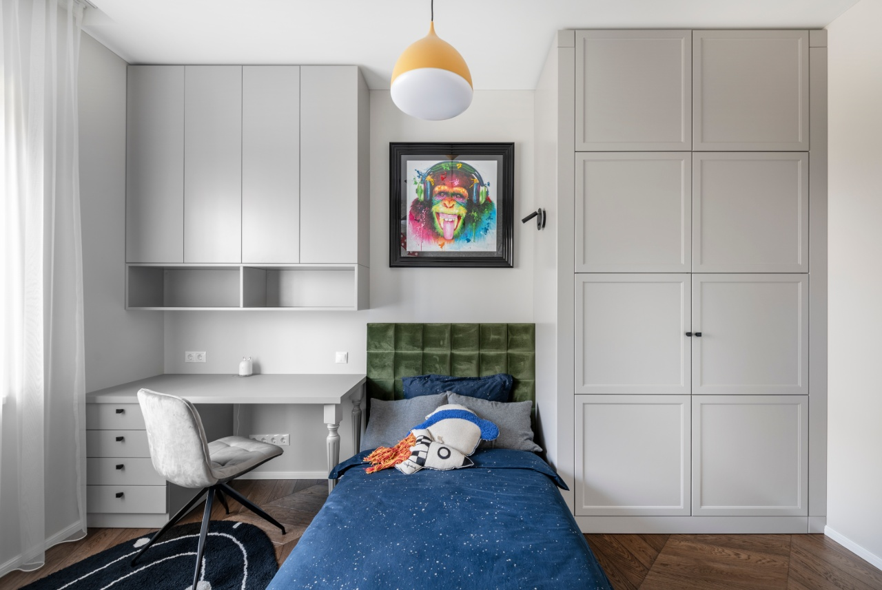 Berniuko kambario interjeras su lova ir spinta