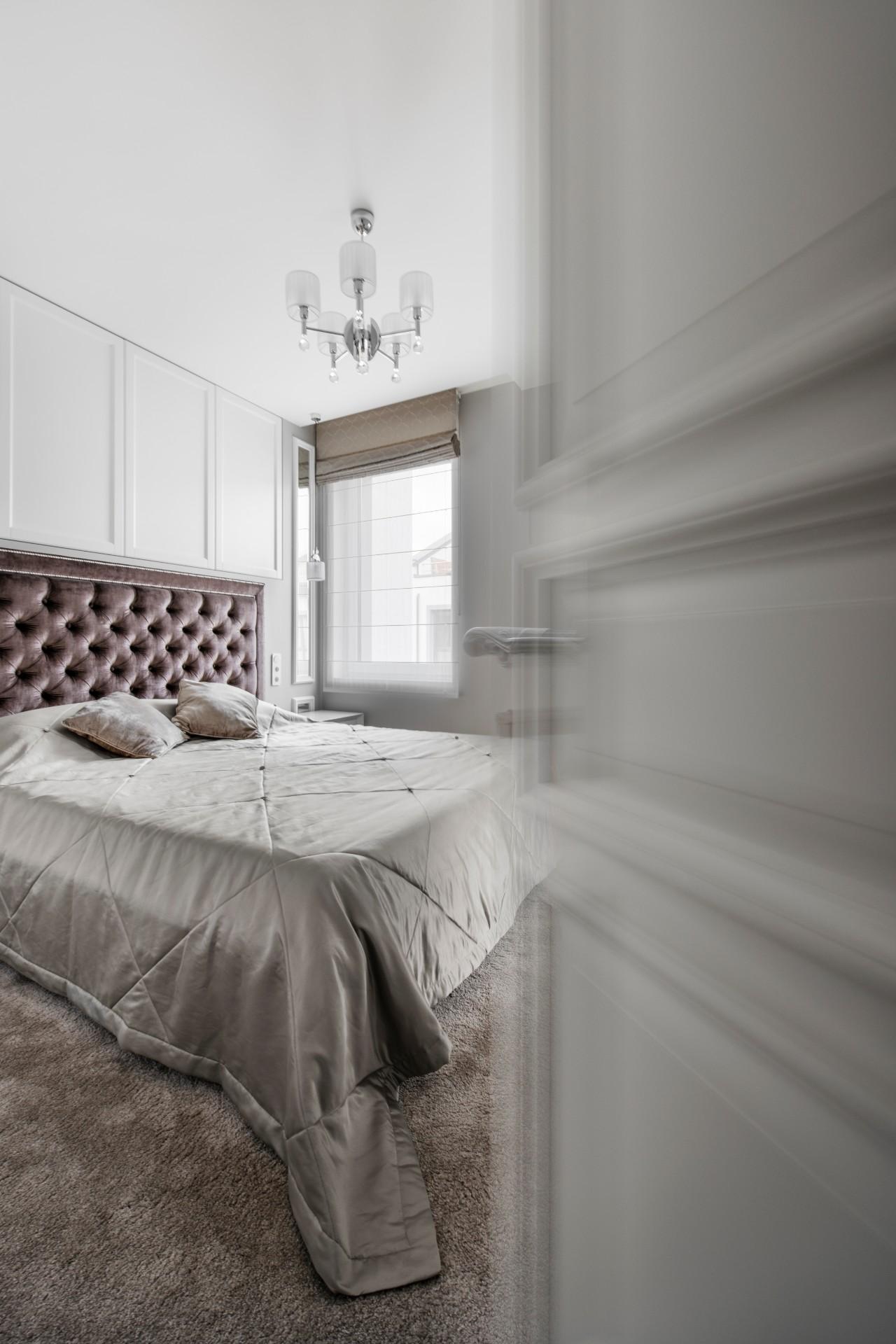 Klasikinis interjeras miegamajame