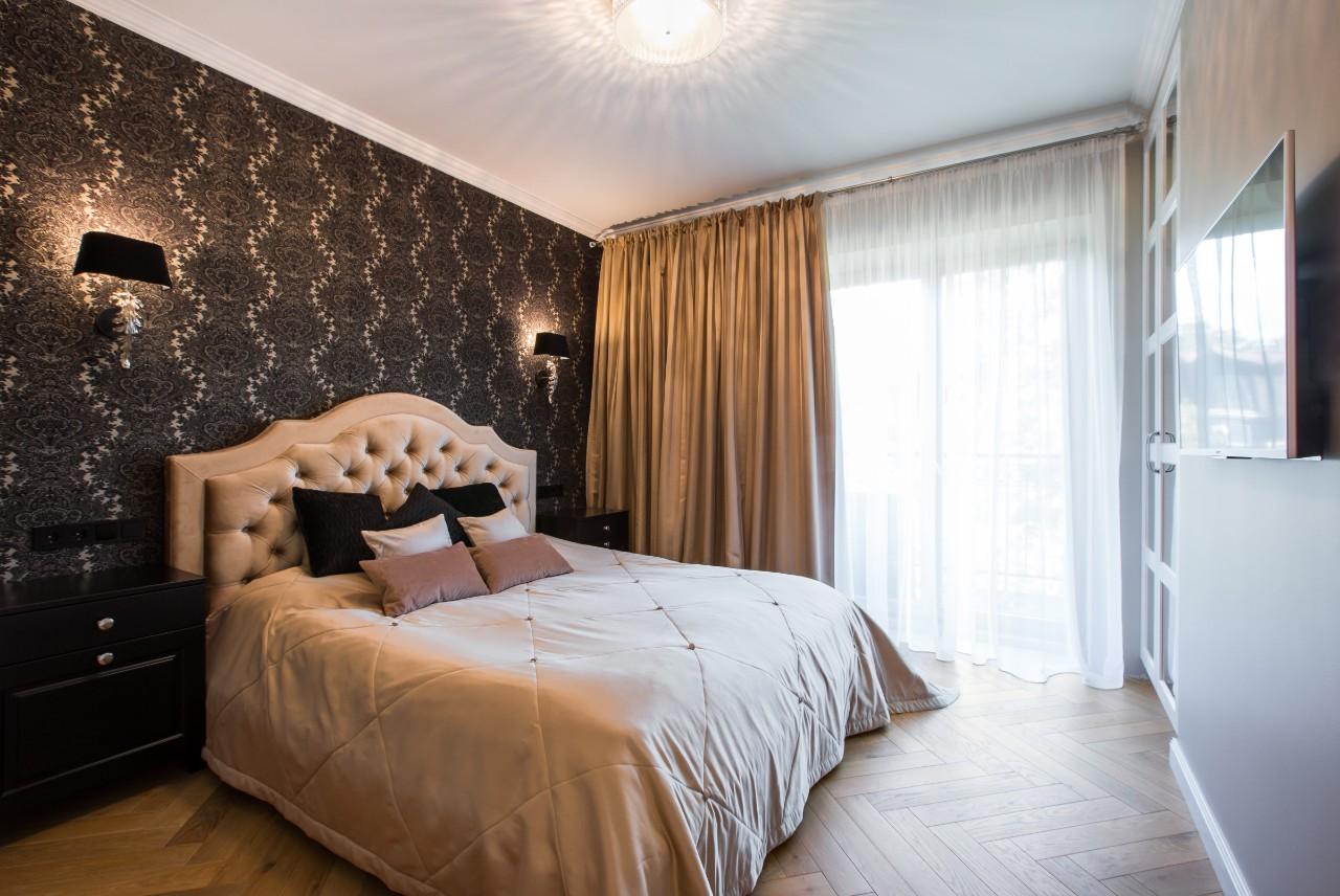 Klasikinis interjeras prabangiame miegamajame