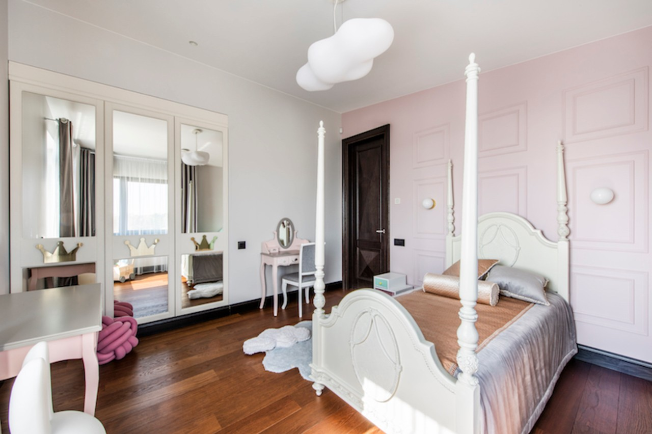 Mergaitės kambario interjeras su lova