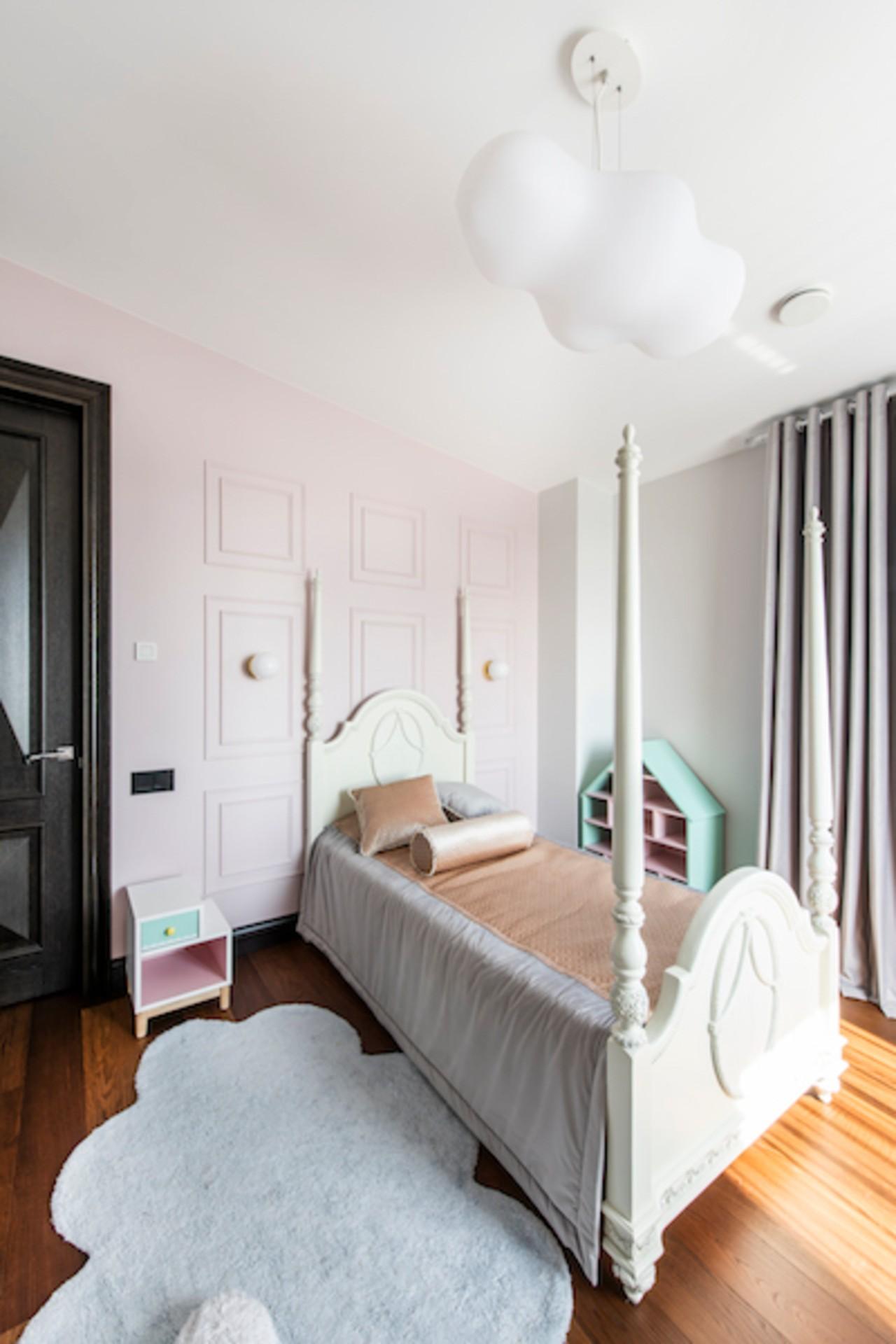 Mergaitės kambario interjeras su viengule lova
