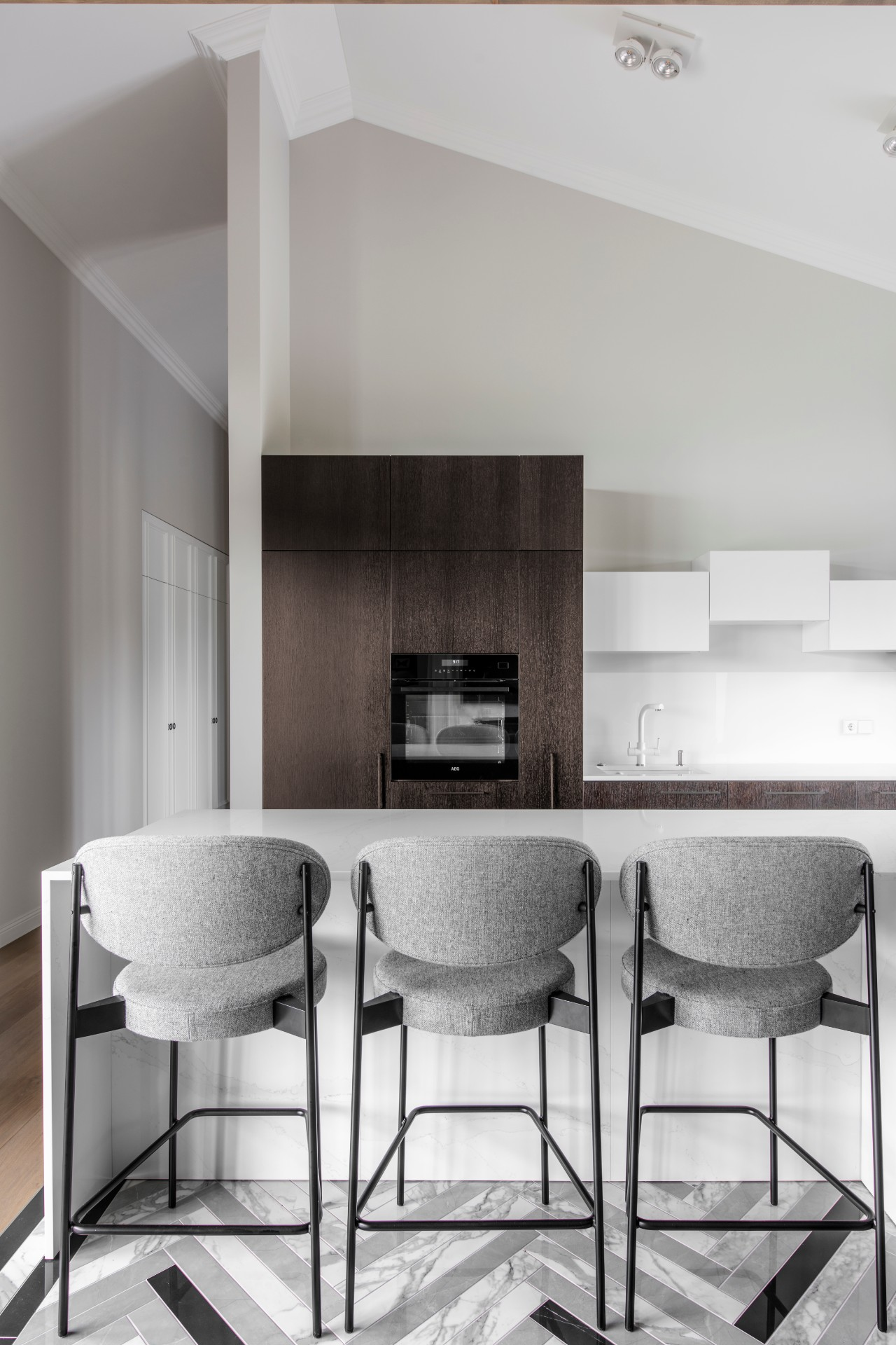 Modernus interjeras su baro kėdėmis