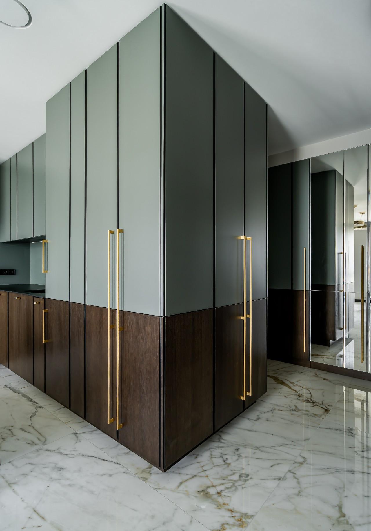 Modernus interjeras koridoriuje