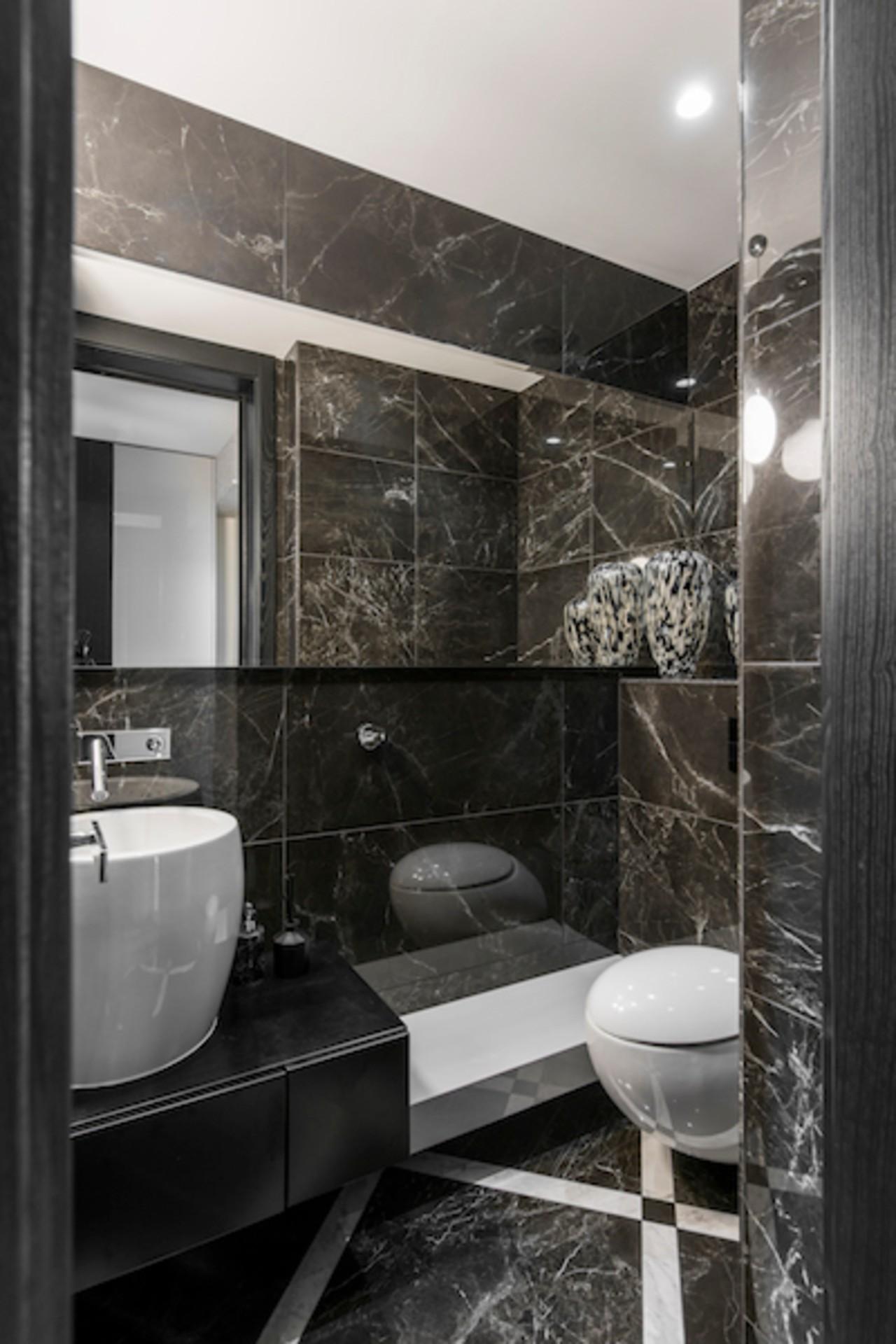 Ofiso ir biuro interjeras vonios kambarys