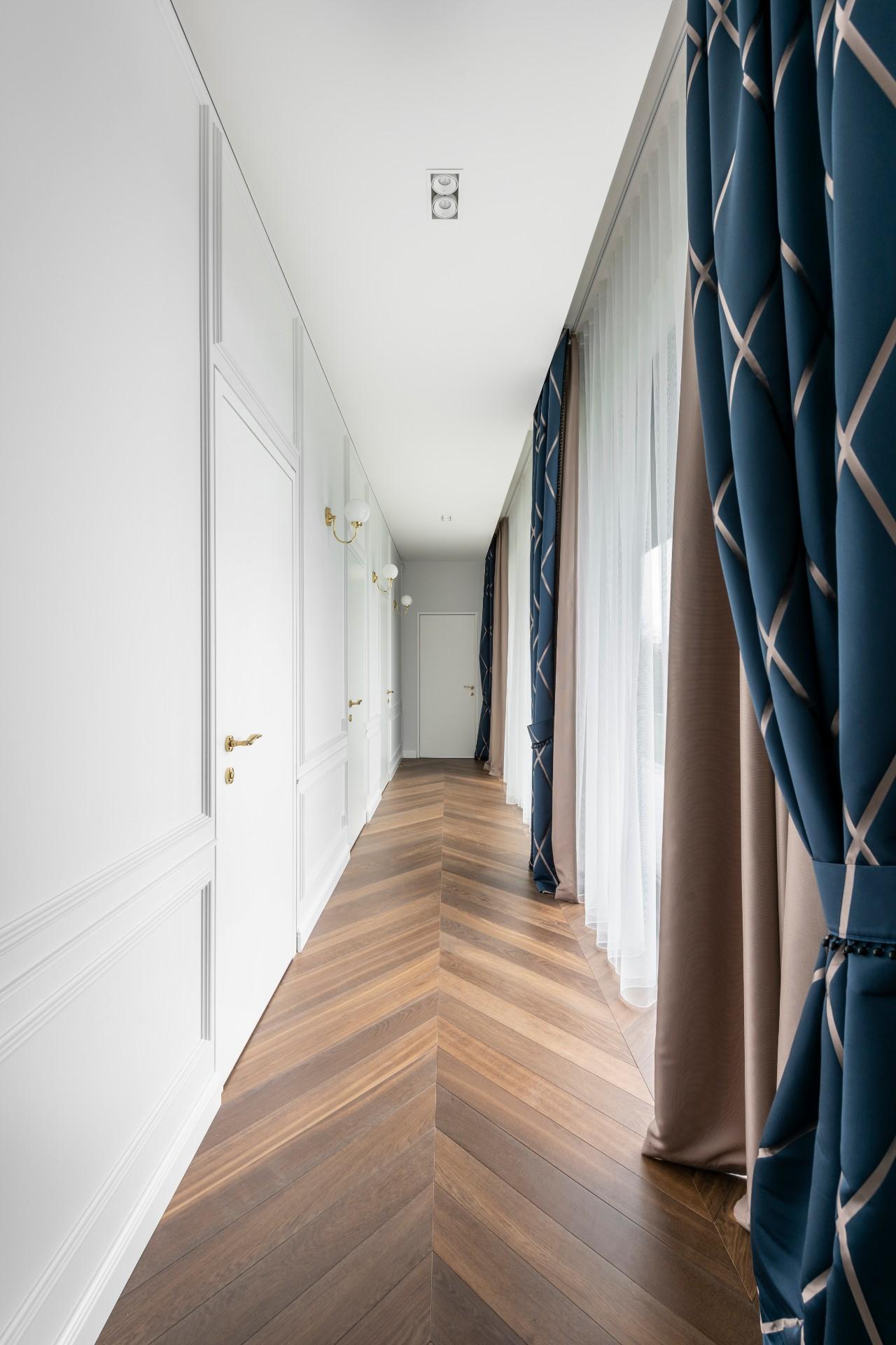 Pailgo kambario interjeras šviesiame koridoriuje