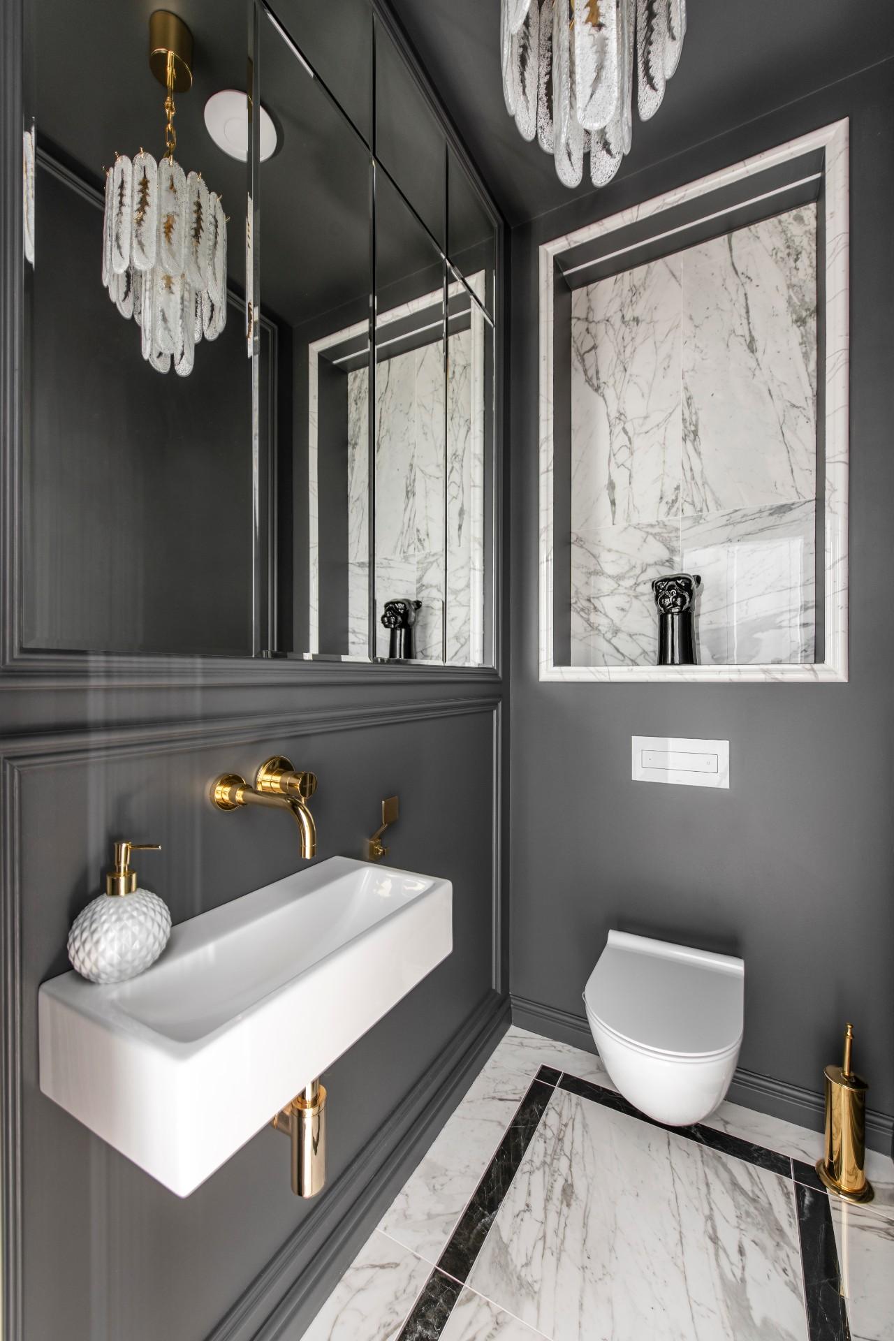Pailgo kambario interjeras vonioje su veidrodžiu