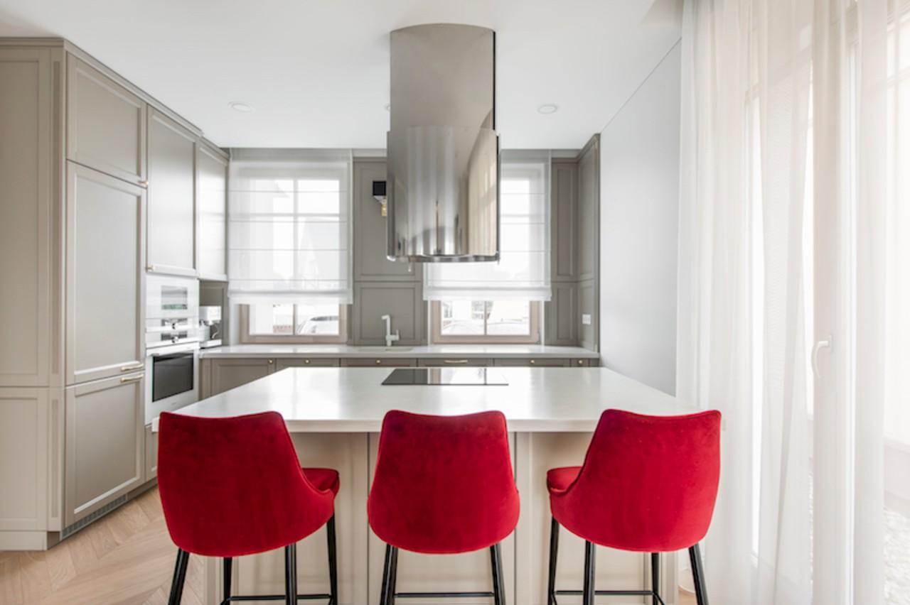 Raudonas interjeras virtuvėje
