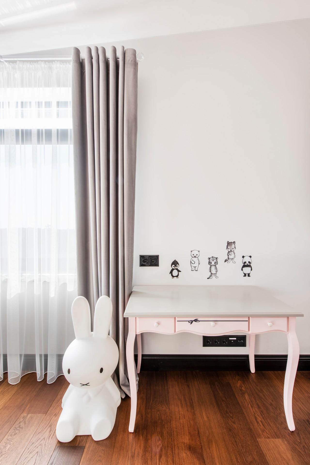 Vaikų kambario interjeras staliukas