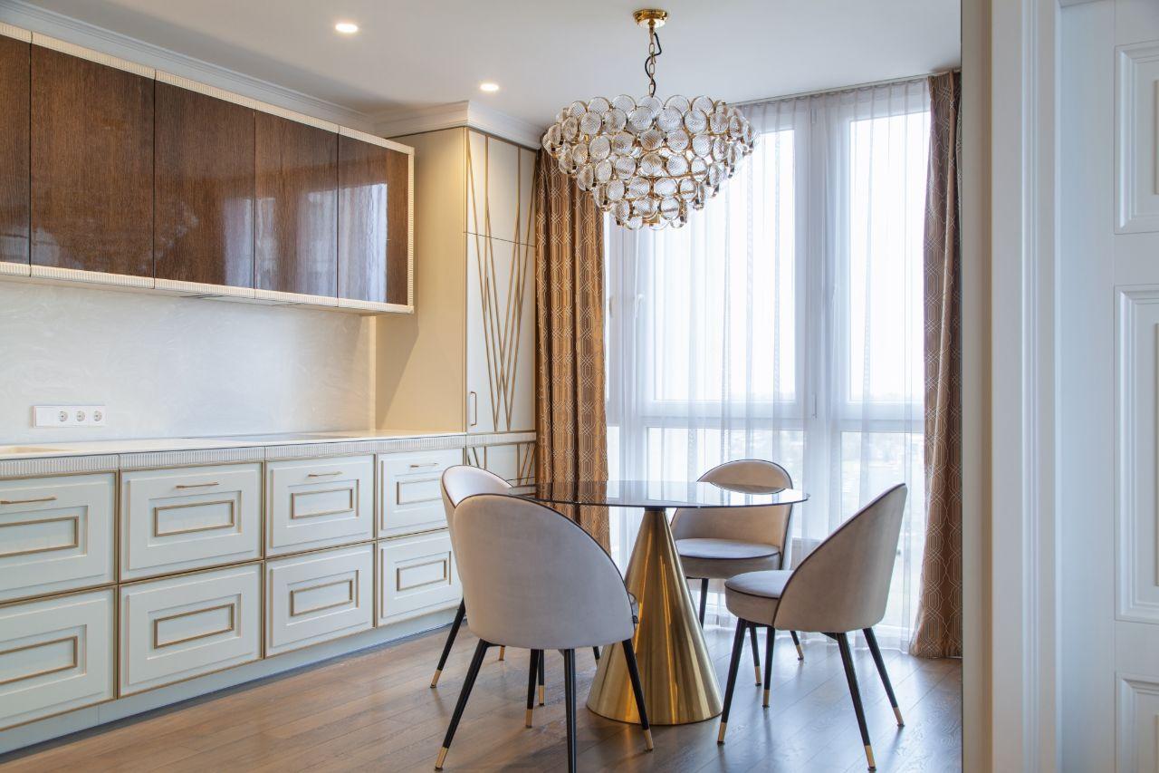 Virtuvės interjeras su kėdėmis ir staliuku