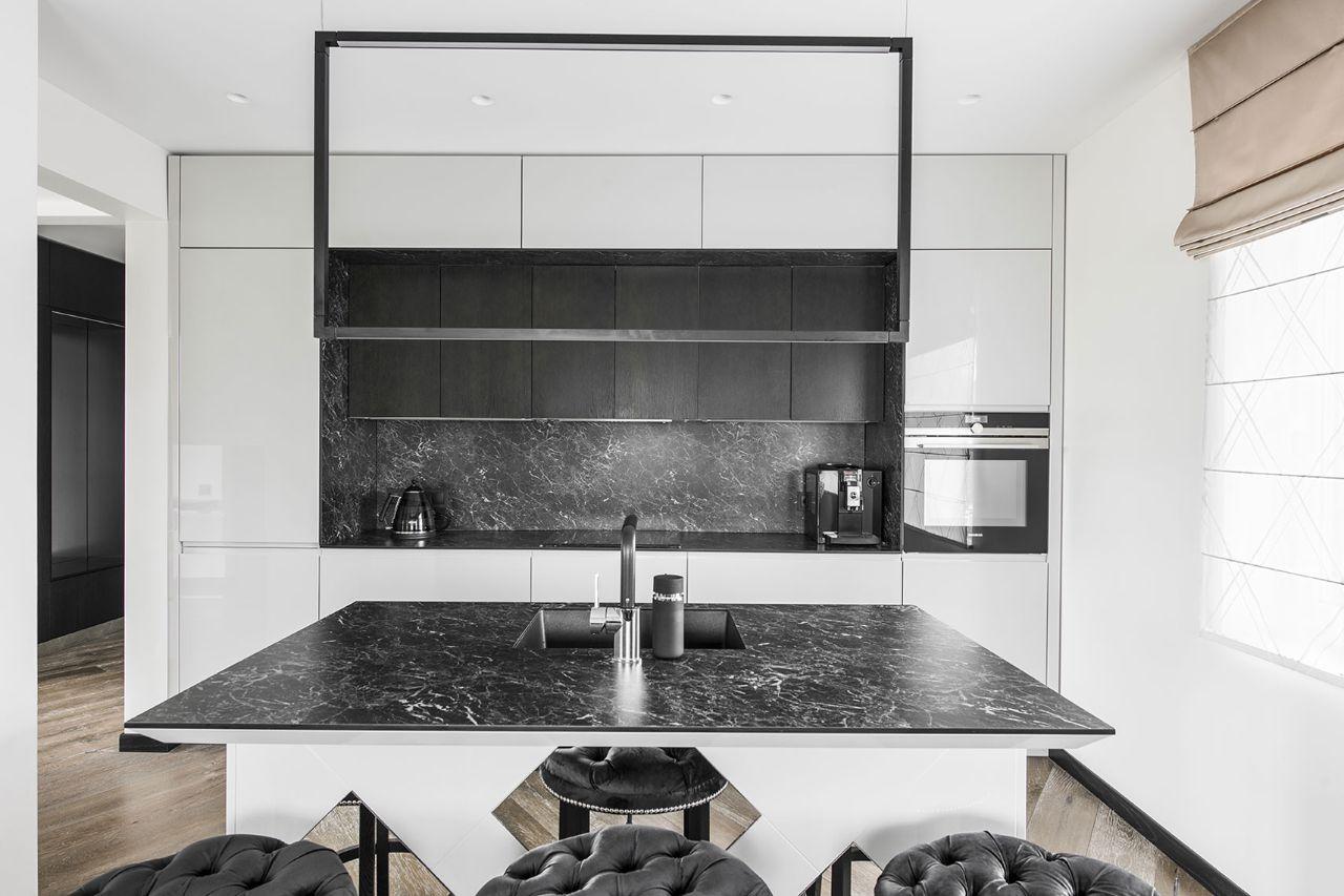 Baltai juodas virtuvės interjeras