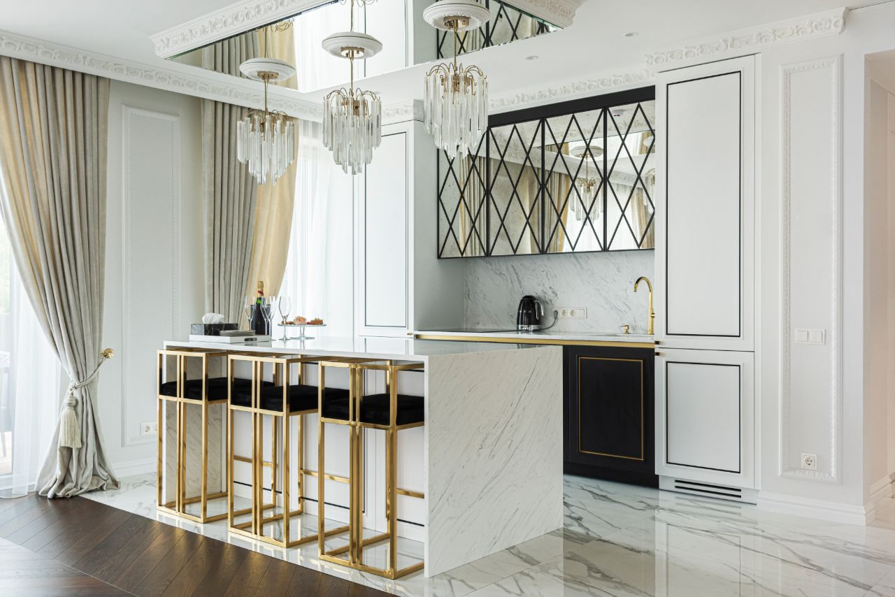 Virtuvės interjeras su baro kėdėmis