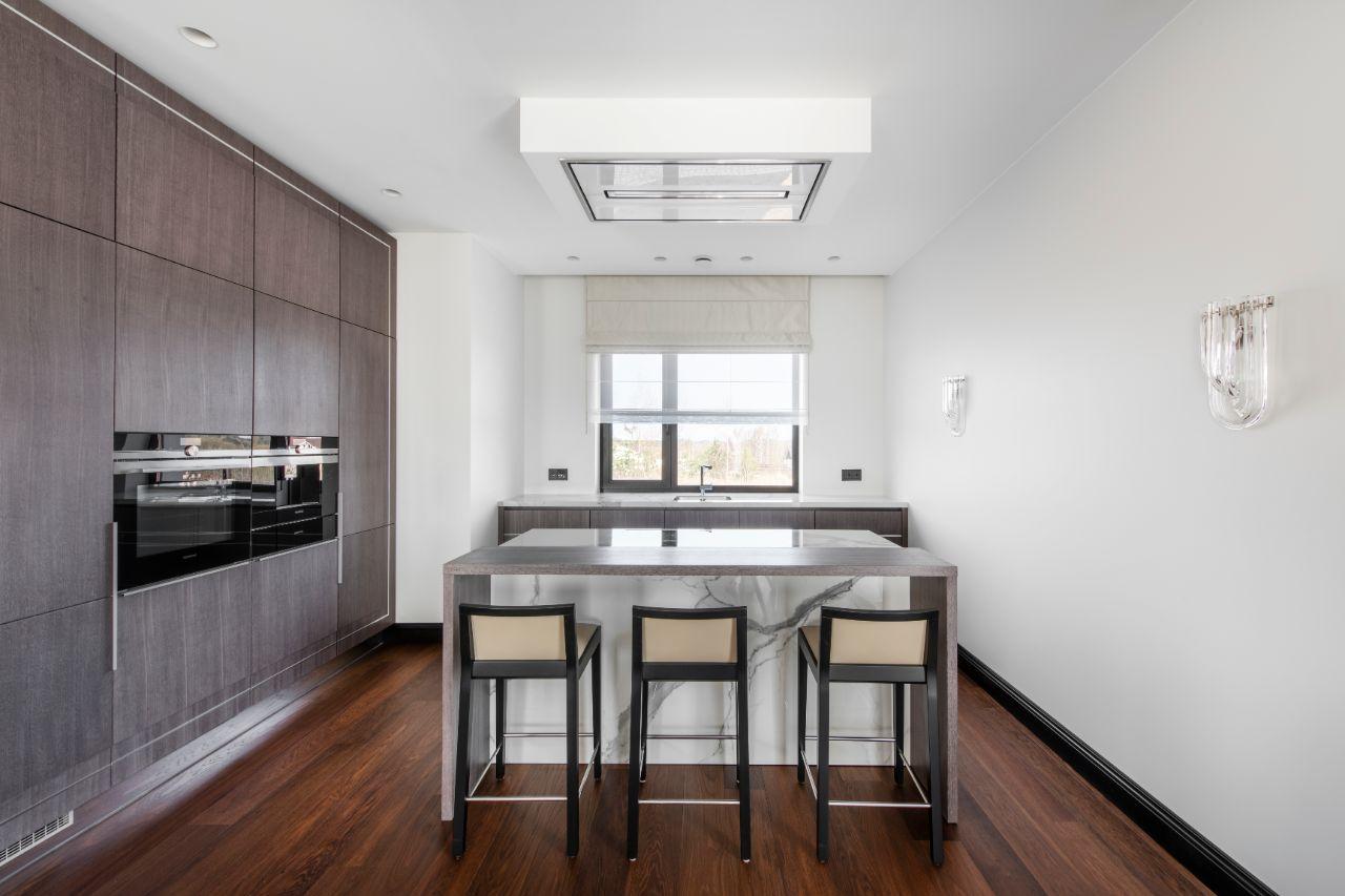 Virtuvės interjeras su langu