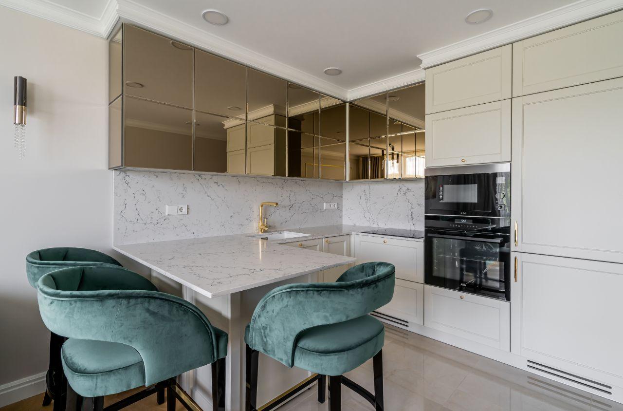 Virtuvės interjeras su veidroždiais